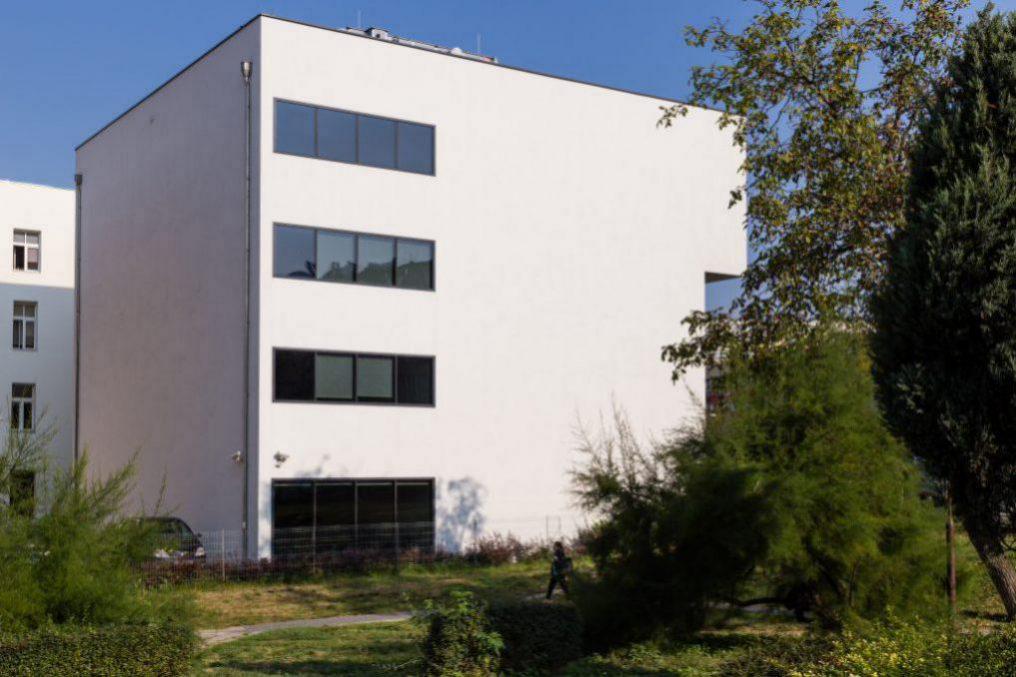 Bok i tył budynku Opolskie Centrum Wysokich Technologii